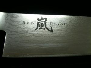 Detail kovaného nože s damascensé oceli před broušením